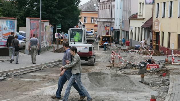 Dělníci a těžká technika se v polovině dubna pustili do opravy jedné z nejrušnějších boskovických ulic. Ulice kapitána Jaroše. Rekonstrukce stále ještě není hotová.