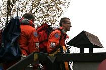 Lezecké skupiny záchranářů z Brna a Blanska cvičili v pondělí záchranu osob z kabiny lanové dráhy na Macochu.