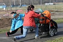 Strollering. To je sportovní chůze s kočárkem, proložená speciálními posilovacími cviky na zformování postavy.