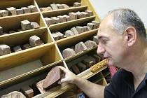 Karel Krška z Drnovic vyrábí dýmky už třiadvacet let.