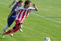 Fotbalisté Blanska (v modročerveném) v divizi poprvé prohráli venku. Ve Staré Říši dostali příděl 3:0. Dvě branky za domácí vstřelil Abdoulaye Konate.