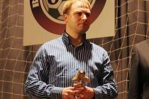 Trenér fotbalistů Černé Hory při přebírání ocenění pro nejlepšího kouče za loňský rok.