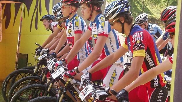 V BŘEZOVSKÉ ROKLI. Bikeři se v pátém závodě Poháru Drahanské vrchoviny museli vypořádat s náročnou tratí v Březové. Ta vedla po motokrosovém okruhu.