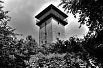 Nad lesoparkem s Jeskyní Blanických rytířů na kopci Milenka stojí Burianova rozhledna.