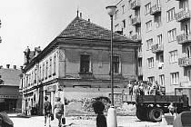Domy v bývalé ulici Čelakovského, která ústila na Rožmitálovu u dnešního supermarketu Albert, nechali Blanenští zbořit podobně jako většinu historického centra za totality. Na snímku dům pana Hušky, který padl za oběť budování socialismu v červnu 1970.