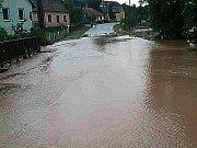Voda z rozvodněného potoka zatopila část Kulířova.