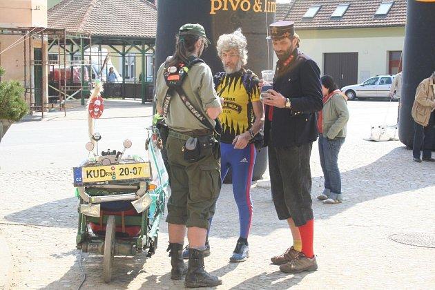 Turisté se žlutou ponožkou