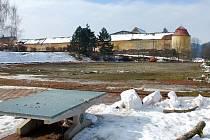 Místo sportovců se na prostranství u základní školy v Komenského ulici prohánějí v těchto dnech stroje stavařů a řvou motorové pily. Stavba nového sportovního areálu odstartovala.