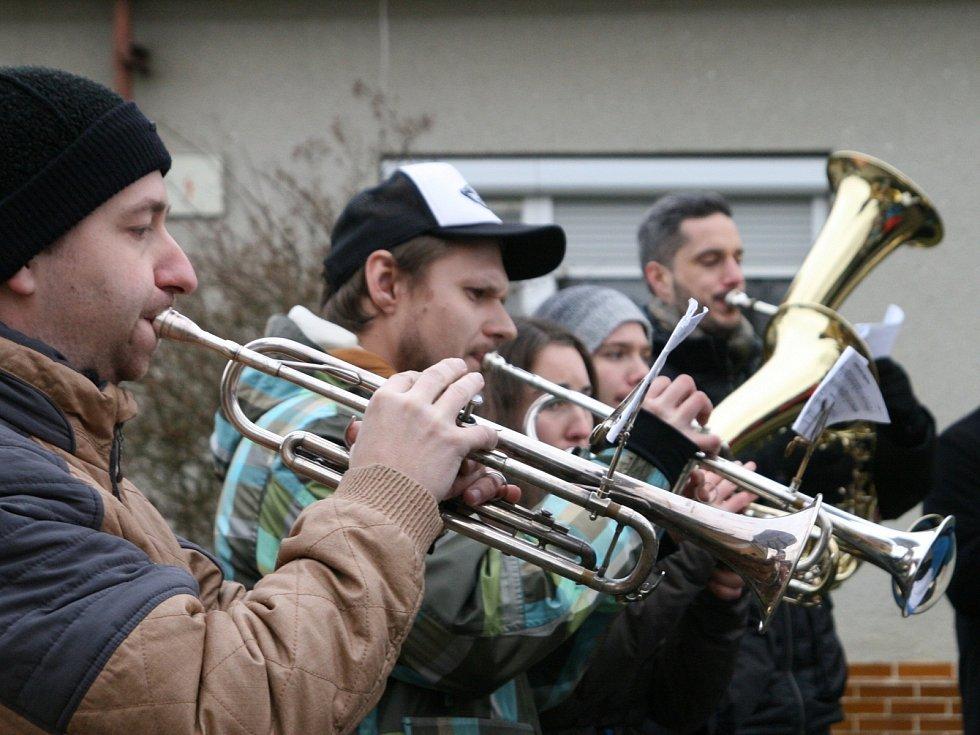 Dechový orchestr Malá Haná zahrál vánoční koledy v osmnácti obcích na Boskovicku a Svitavsku. Například v Cetkovicích.