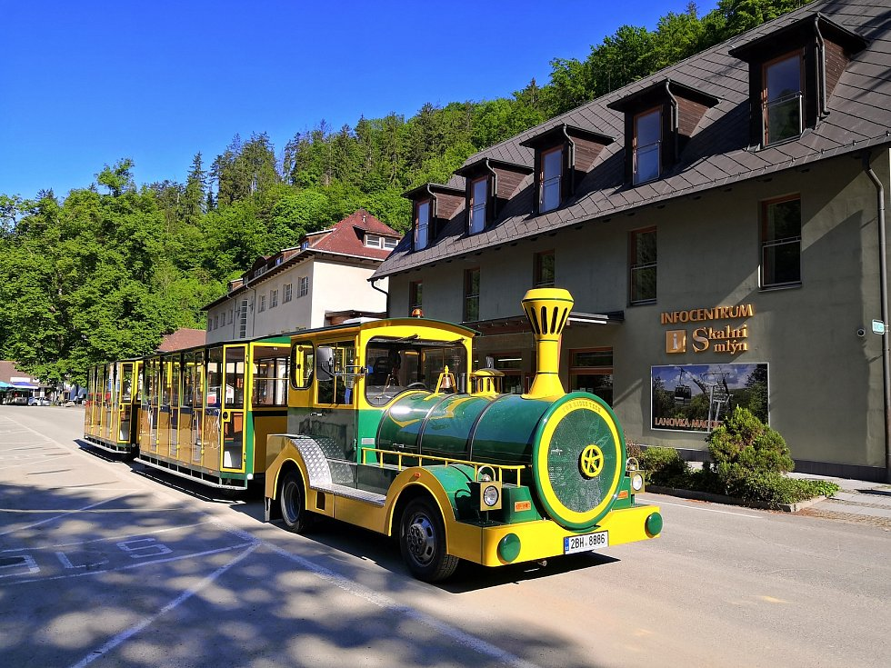 Společnost pro Moravský kras koupila novou vlakovou soupravu, kterou vozí turisty ze Skalního mlýna ke světoznámým Punkevním jeskyním. Je zakrytá a s topením. Má kapacitu šestapadesát míst a jezdí na plyn. Nahrazuje jeden z původních vláčků na naftu. Druh