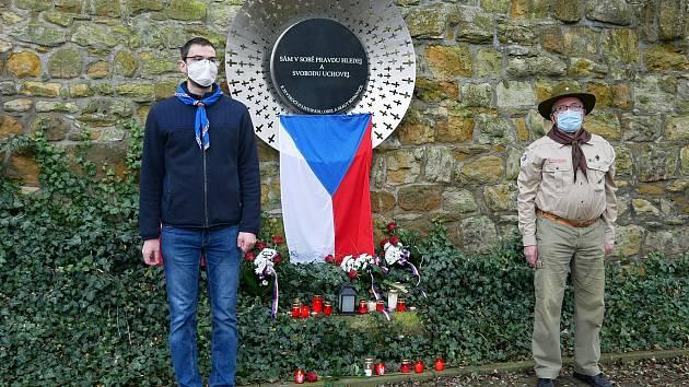 Připomínka 17. listopadu v Boskovicích. Epidemická omezení znemožnila společné setkání. Lidé přicházeli se svíčkami a květinami jednotlivě. Foto: Monika Šindelková
