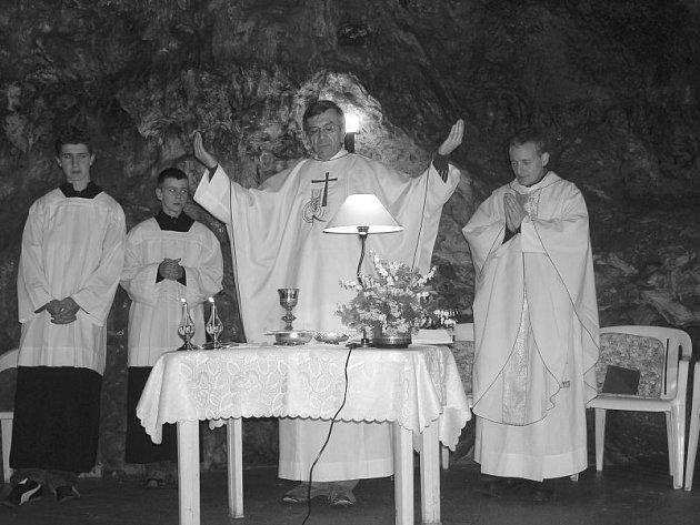 Hlavní mši svatou v Císařské jeskyni sloužil blanenský děkan Václav Trmač.