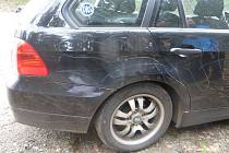Auto poničené od vandala.