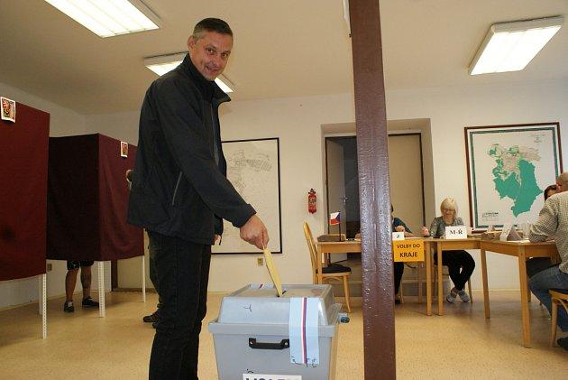 Dosavadní senátor Jozef Regec volil na radnici vČerné Hoře.