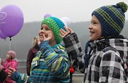 Desítky balónků poslaly děti k nebi v pátek odpoledne v Adamově. S přáním Ježíškovi.