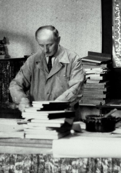 Dědeček Ladislava Oujeského Bohumil v dílně.