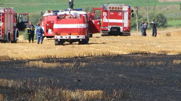 Požár zničil 10 hektarů nesklizené pšenice, škodu vyšetřovatel předběžně vyčíslil na 350 tisíc korun.