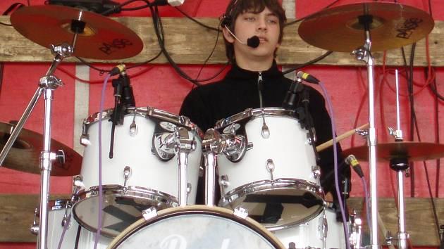 Dominik Pernica je úspěšný hráč na bicí, ale rád se věnuje i zemědělství.