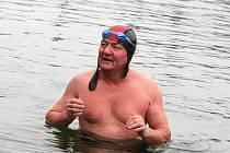 Otužilci si v neděli zaplavali v zatopeném lomu na okraji Blanska. Ten už začíná zamrzat.