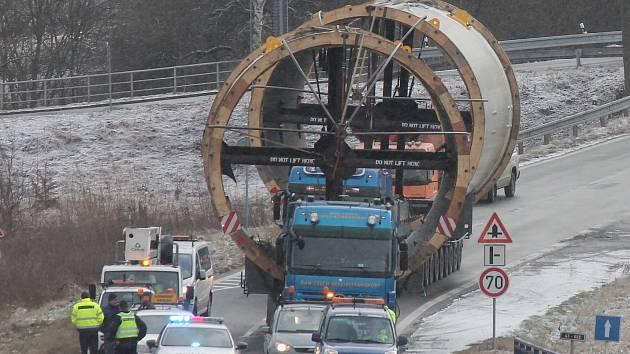 Ze Sloupu na Blanensku v úterý ráno vyrazil nadměrný náklad, který míří do přístavu v Mělníku. Jde o komponenty pro cementárnu. Přepravují je dvě soupravy o délce čtyřiadvacet metrů. Náklad váží 137 tun.