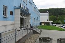 Původní budova z roku 1976 je na hraně životnosti a navíc je její provoz stále nákladnější. Ročně ji navštíví asi 75 tisíc plavců.