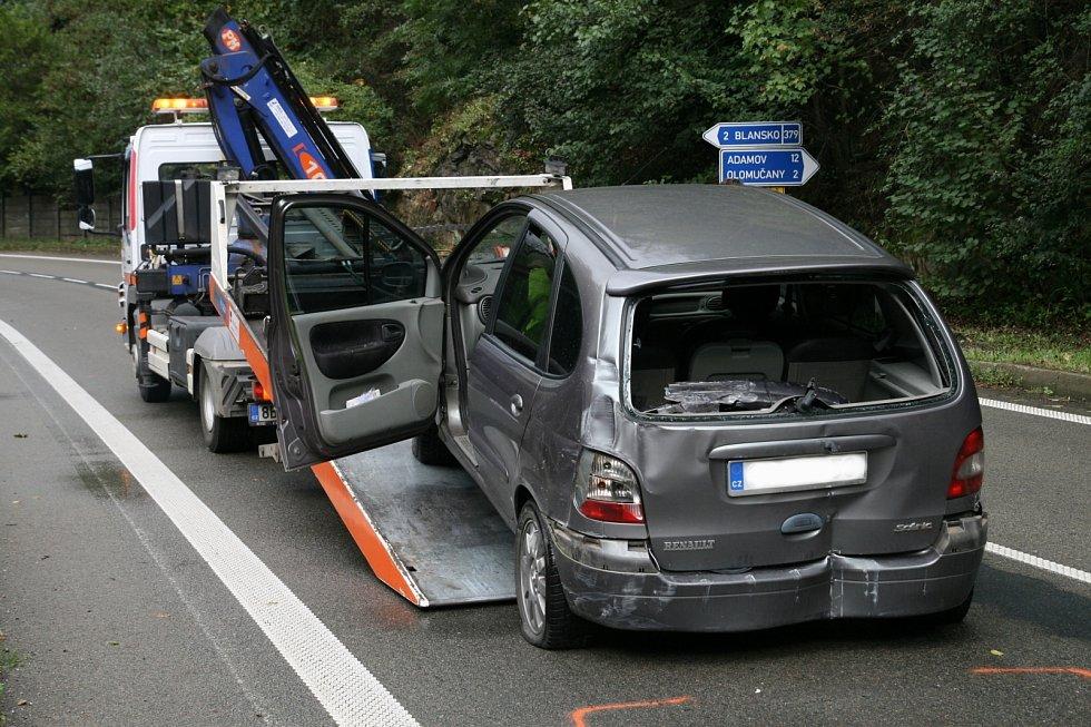 U odbočky na Olomučany boural šestadvacetiletý řidič Renaultu.