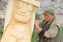 Šest sochařů pracuje na druhém ročníku sochařského sympozia v Kunštátě, na náměstí Klementa Bochořáka.
