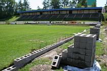 Bouře, které se přehnaly nad Blanskem, zkomplikovaly práci na rekonstrukci fotbalového hřiště FK Apos Blansko v Údolní ulici.