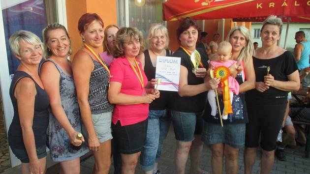 Vítězné družstvo soutěže ve vaření guláše v Újezdu u Boskovic.
