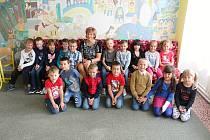 Žáci třídy 1.B Základní školy ve Velkých Opatovicích s paní učitelkou Ivonou Weigelovou.