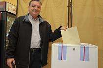 Bývalý starosta Boskovic Jaroslav Dohnálek u volební urny.