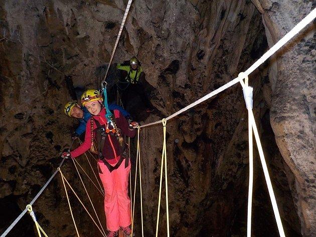 Lezecké atrakce ve stylu ferrat v jeskyni Hladomorna.