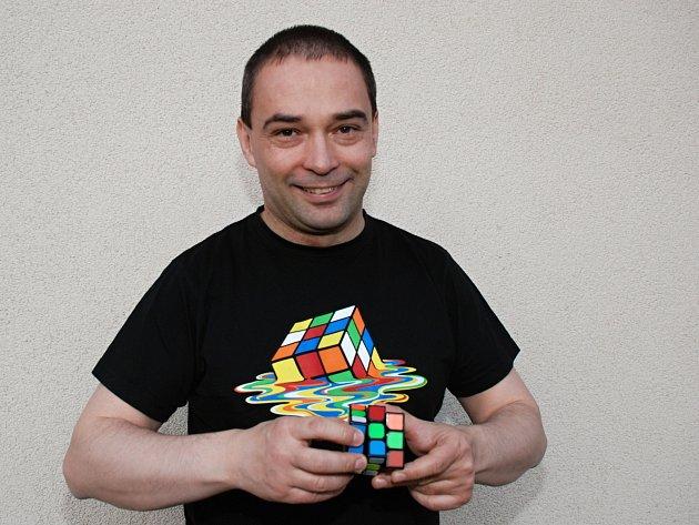 Pavel Novák ze Sloupu skládá Rubikovu kostku.
