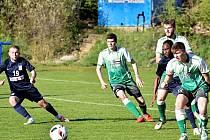 Ve 21. kole divize D fotbalisté Blanska (modré dresy) porazili Slovan Bzenec 6:1.