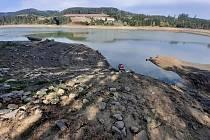 Upuštěná přehrada Křetínka láká i hledače s detektory.
