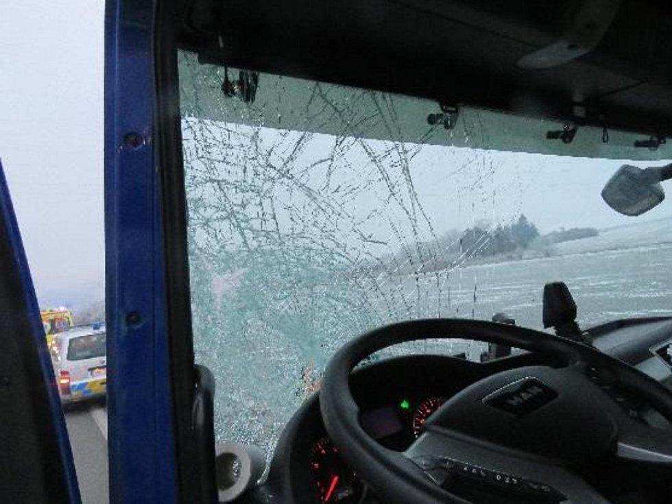 Nezajištěná plachta poškodila čelní sklo kamionu.