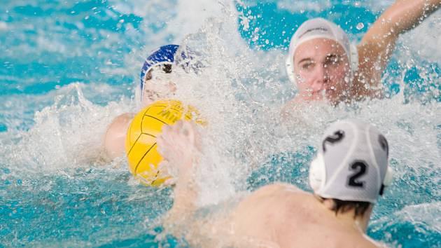 V blanenském bazénu se o víkendu utkaly čtyři týmy vodních pólistů ve třetím turnaji II. ligy.