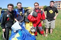 Skupina parašutistů, kteří seskakují poblíž hospod. Po adrenalinovém zážitku jdou společně na pivo.
