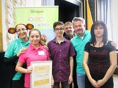 Šestnáctiletá Milena Válková ze Sychotína(na obrázku v růžovém tričku) zvítězila v anketě Dětský čin roku 2016.