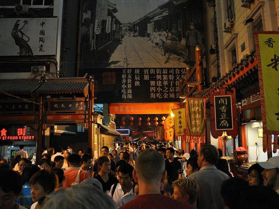 noční trh v Pekingu - dlouhá ulice plná lidí a stánků se všemi možnými dobrotami