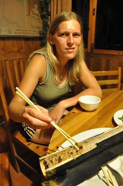 rýže v bambusu je specialitou v horských oblastech JV Číny
