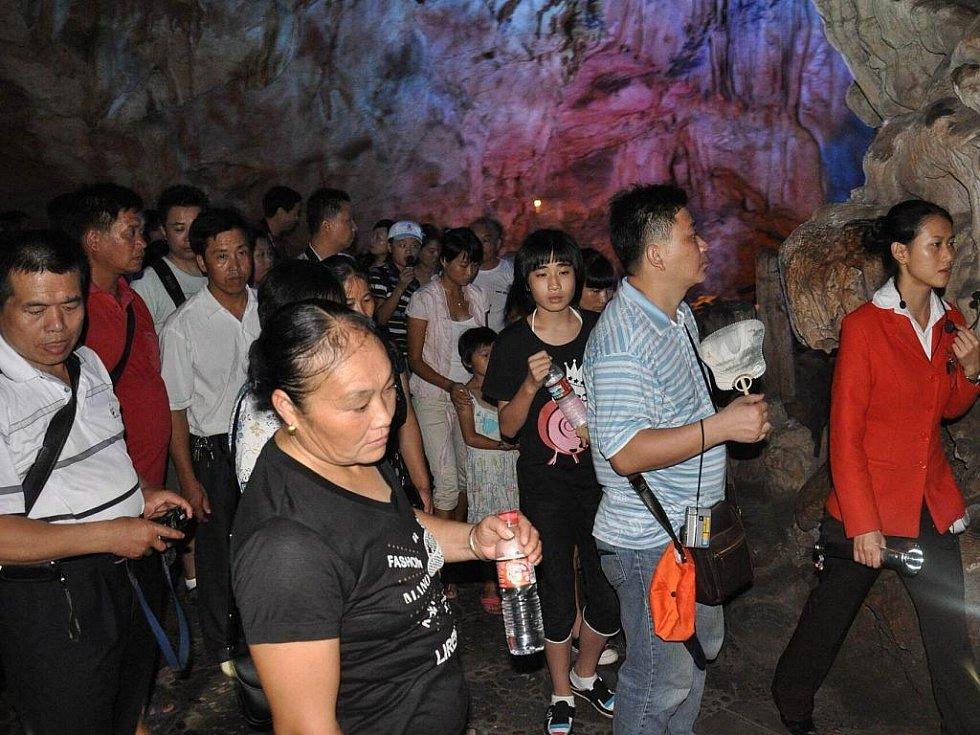 davy čínských turistů, počet návštěvníků v jeskyni není narozdíl od Moravského krasu nijak omezen
