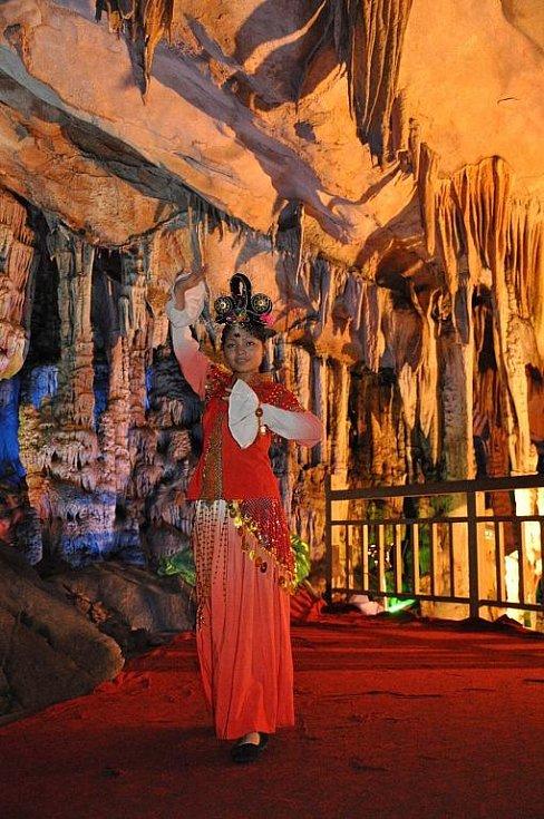 taneční vystoupení uvnitř jeskyně