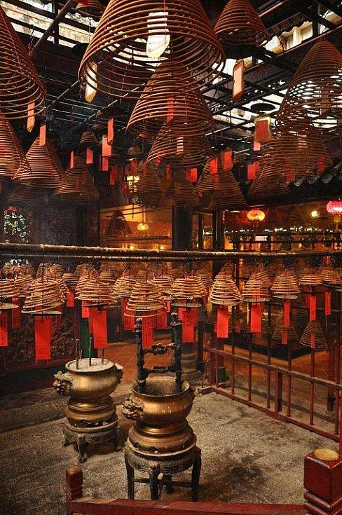 vonné spirály uvnitř budhistickeho chrámu