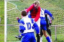 Kunštátský záložník Šváb získává míč v souboji s hráči Olešnice. Kunštát v derby zaslouženě zvítězil.