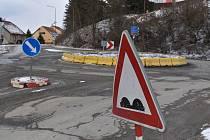Okružní křižovatka na okraji Jedovnic. Povrch silnice je tam v katastrofálním stavu. Silničáři chystají v tomto místě nový rondel. Je součástí projektu opravy silnice mezi Jedovnicemi, Křtinami a Březinou.