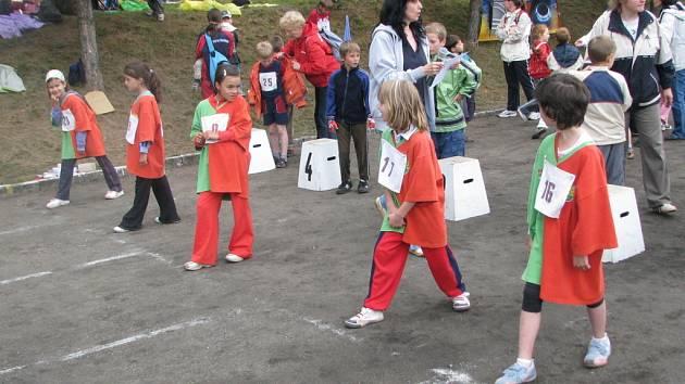 V areálu základní školy ve Velkých Opatovicích soutěžily děti ze čtyřiadvaceti škol v Olympiádě prvních tříd.
