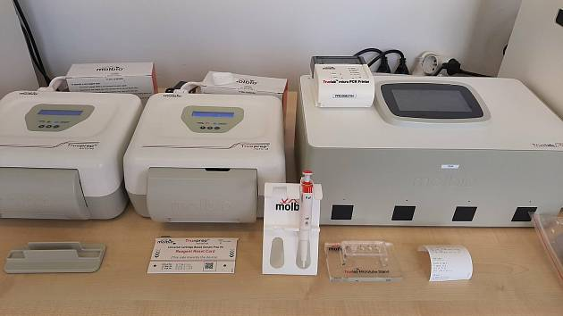 Nemocnici slouží k vyšetřování vzorků nový špičkový analyzátor.