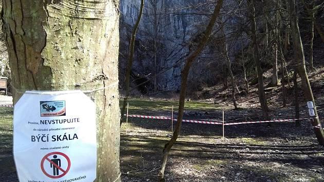 Ochranáři obehnali Býčí skálu páskou. Kvůli hnízdění sokolího páru je do okolí skály zákaz vstupu.