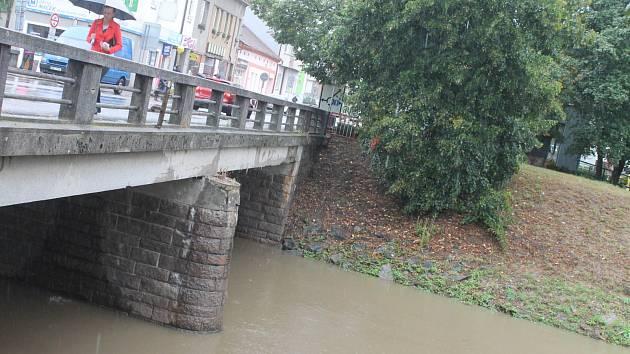 Celodenní déšť v úterý plnil koryto řeky Svitavy.